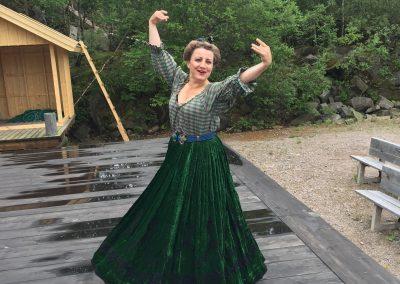 Pensionatsvärdinnan Fru Aurelia spelad av Mirja Burlin