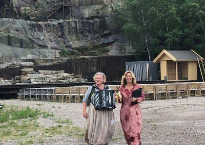 Kapellmästare Carita Jonsson och Cecili spelad av Carina Hansson