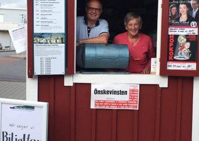 Gunnar Ekström och Päivi Nieminen  säljer