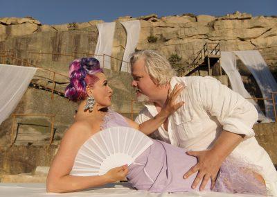 Elmire och Tartuffe spelas av Regina Lund och Kjell Wilhelmsen