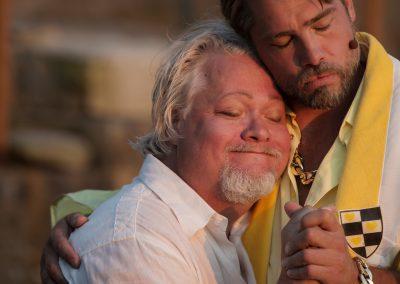 Tartuffe och Orgon spelas av Kjell Wilhelmsen och Victor Trägårdh